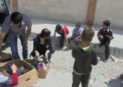 Distribution de chaussures aux enfants